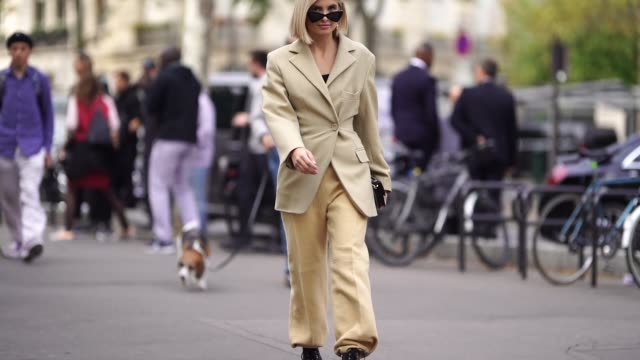 vídeos de stock, filmes e b-roll de xenia adonts wears a blazer jacket flare pants sunglasses earrings outside issey miyake during paris fashion week womenswear spring/summer 2019 on... - xenia van der woodsen