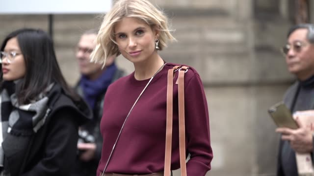 vídeos de stock, filmes e b-roll de xenia adonts wears a burgundy top brown pants brown suede boots a bag earrings outside thom browne during paris fashion week womenswear fall/winter... - xenia van der woodsen