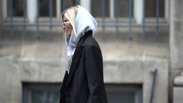 vidéos et rushes de xenia adonts wears a gray hoodie sweater a black blazer jacket a yellow bag outside acne studios during paris fashion week menswear f/w 20192020 on... - collection automne hiver