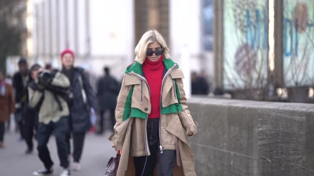vídeos de stock, filmes e b-roll de xenia adonts wears a green and beige trench coat a red turtleneck top a vuitton bag during paris fashion week menswear f/w 20192020 on january 18... - xenia van der woodsen