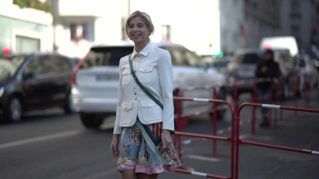 vídeos de stock, filmes e b-roll de xenia adonts wears a white jacket a green chloe bag a multicolor floral print skirt sneakers shoes outside chloe during paris fashion week womenswear... - xenia van der woodsen