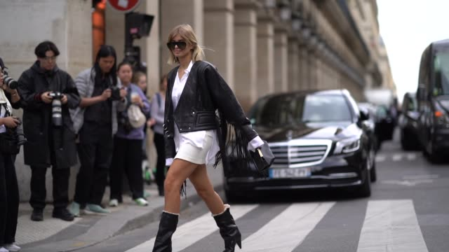 vídeos de stock, filmes e b-roll de xenia adonts wears sunglasses a black leather fringe jacket a white shirt a mini skirt black boots outside giambattista valli during paris fashion... - xenia van der woodsen