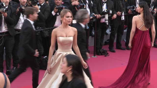 vídeos de stock, filmes e b-roll de xenia van der woodsen caroline receveur and kimberley garner on the red carpet for the premiere of les filles du soleil at the cannes film festival... - xenia van der woodsen