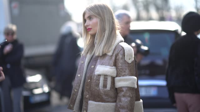 vídeos de stock, filmes e b-roll de xenia van der woodsen wears a brown aviator jacket a white chanel bag white shoes during paris fashion week womenswear fall/winter 2018/2019 on march... - xenia van der woodsen