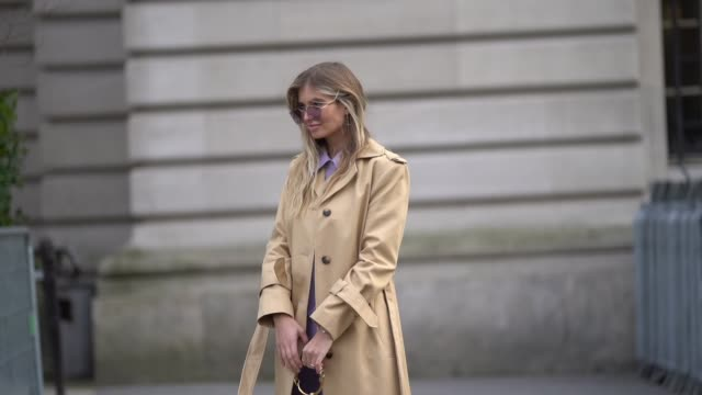 vídeos de stock, filmes e b-roll de xenia van der woodsen wears sunglasses a white chloe bag a trench coat a purple shirt purple pants white shoes during paris fashion week womenswear... - xenia van der woodsen