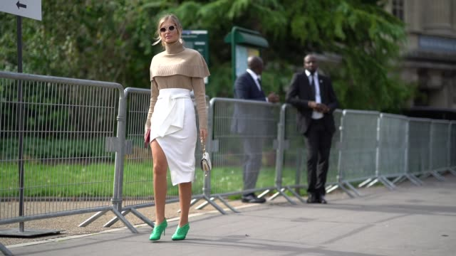 vídeos de stock, filmes e b-roll de xenia van der woodsen 'xenia overdose' wears sunglasses a camel ruffle top sunglasses a white skirt green shoes outside issey miyake during paris... - xenia van der woodsen