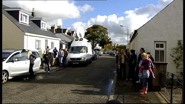stockvideo's en b-roll-footage met factor contestant faces deportation; satellite van on street and reporter interviewing people outside flats - spelkandidaat