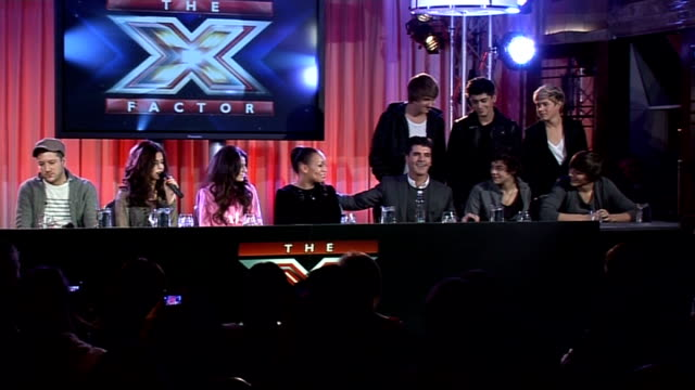vídeos de stock, filmes e b-roll de xfactor finalists and judges at prefinal press conference as cole speaks seq 'one direction' with simon cowell pan to rebecca ferguson and cher lloyd... - finalist