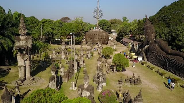 vídeos de stock e filmes b-roll de xieng khuan buddha park, laos. - estilo do século 16