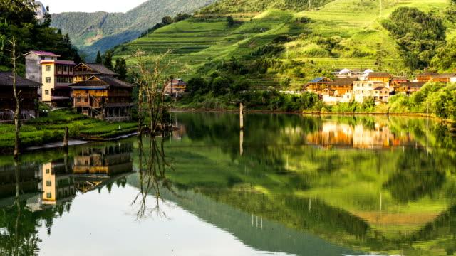 ximeng villaggio in longsheng, a guilin, in cina - ponte con catene ponte sospeso video stock e b–roll