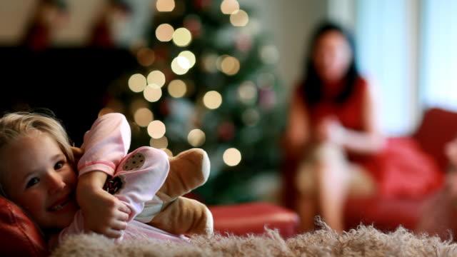 stockvideo's en b-roll-footage met xmas girl - teddybeer