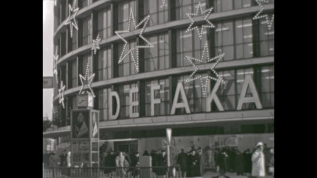 "mas shopping in the 1950s, shopping centre kadewe ""weihnachtsgeschenke"" - christmas presents, ""lichthaus tauentzien"", ruin of the church... - 西ドイツ点の映像素材/bロール"
