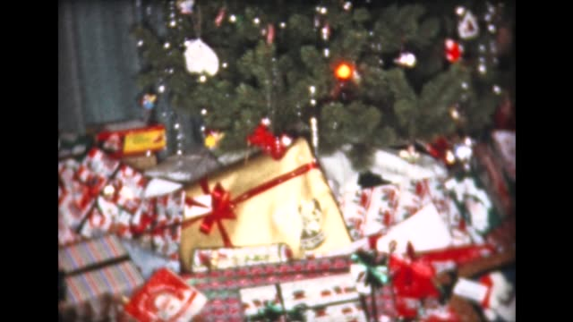 vidéos et rushes de 1959 xmas tree in living room with decorations - cadeau