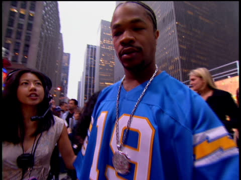 vídeos de stock e filmes b-roll de xzibit is attending the 2002 mtv video music awards red carpet. - 2002