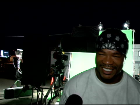 xzibit on the music video and on his upcoming movies including one with jennifer aniston and clive owen called 'derailed' at the set of korn's new... - xzibit点の映像素材/bロール