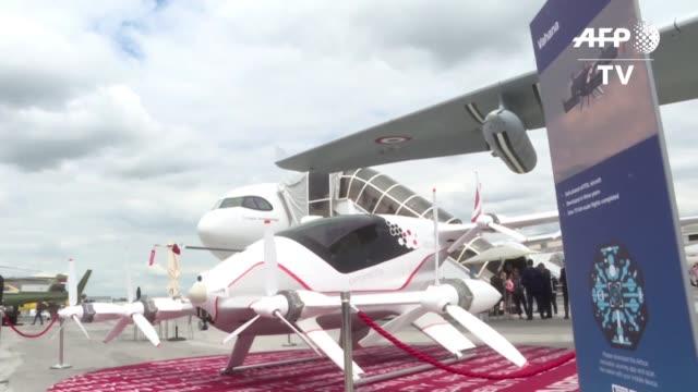 stockvideo's en b-roll-footage met y el gigante aeronautico airbus anunciaron esta semana el lanzamiento de un estudio de viabilidad de un taxi volador que seria presentado en los... - transporte