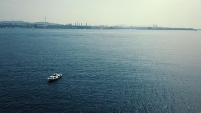 イスタンブールで海でヨットします。夕暮れ時の船を浮空撮。マリーナ ・ ベイ、青い海でボートとカラフルな風景。ヨットのドローンから平面図です。豪華客船。モーター ボートと海の風�