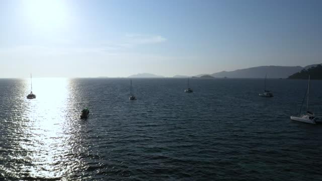 yacht, die auf dem meer schwimmt, mit luftbild - anchored stock-videos und b-roll-filmmaterial