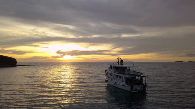 vídeos de stock, filmes e b-roll de yacht in port moresby, papua new guinea at sunset - baía