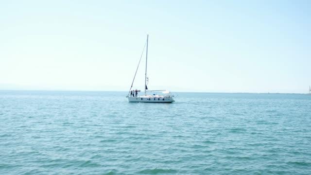 vidéos et rushes de yacht dans le bleu de la mer - voile de bateau