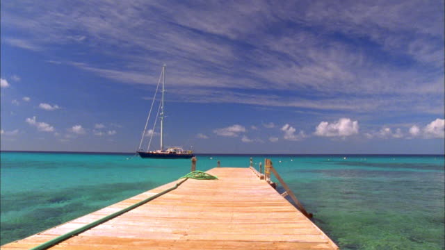 vidéos et rushes de yacht moored off jetty in turquoise sea, grenadines available in hd. - voilier à moteur