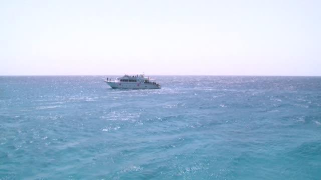 vídeos de stock e filmes b-roll de yacht on red sea - yacht