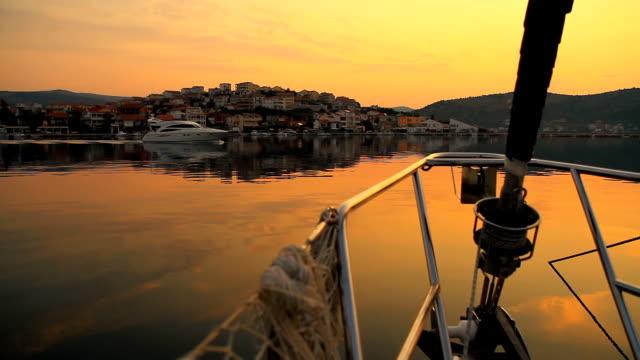 vídeos de stock e filmes b-roll de carrinho de hd: iate vela ao longo da costa do mediterrâneo - ancorado