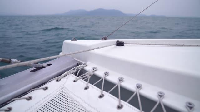 海の風の夏の空のヨットの航行のボートのデッキの眺め。 - sunny点の映像素材/bロール