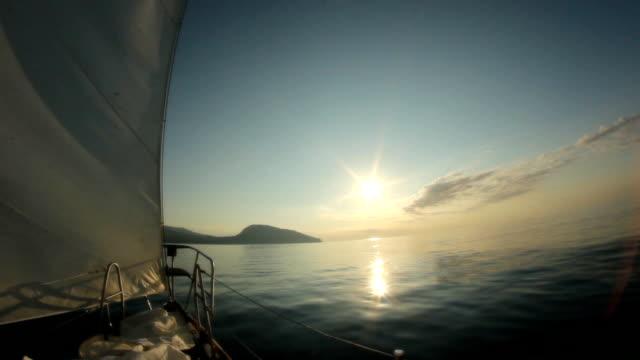 セーリングするヨットが夜明け - 帆点の映像素材/bロール