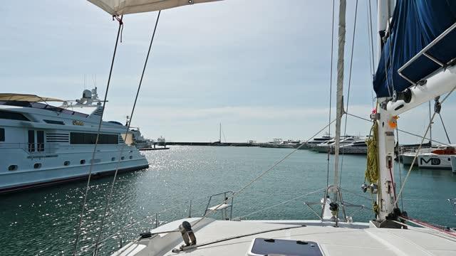 vídeos y material grabado en eventos de stock de navegación en yate saliendo del puerto deportivo en el mar tropical - yate