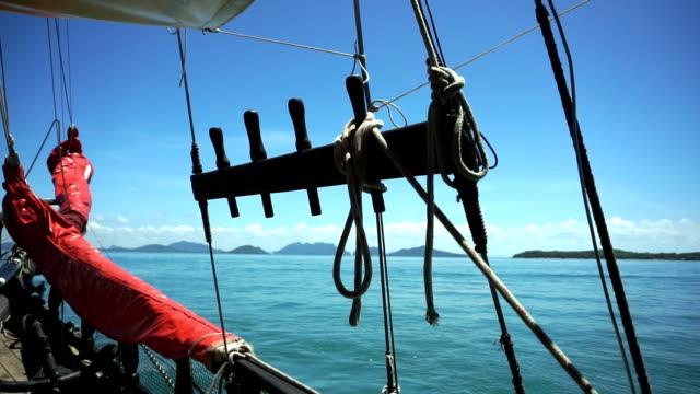 yachting mot emerald cave (tam morakot), koh mook, andamansjön, trang, thailand. - kryssa bildbanksvideor och videomaterial från bakom kulisserna