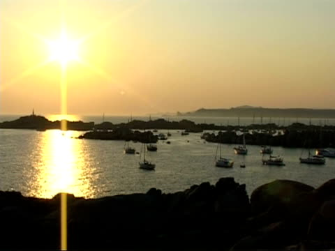 yachts anchored at lavezzi island as sun goes down, wa time lapse, france - 碇を下ろす点の映像素材/bロール