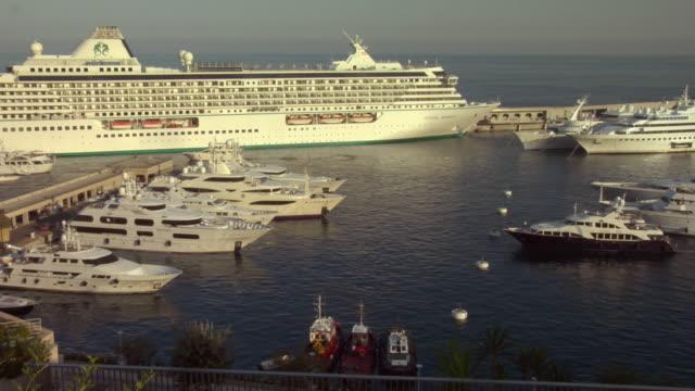vídeos de stock e filmes b-roll de ha, ws, pan, yachts and cruise ship in monte-carlo harbor, monaco - ancorado