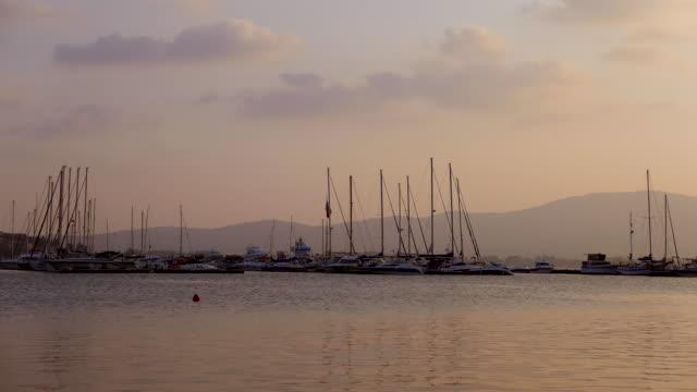 yachten und segelboote an der marina - anchored stock-videos und b-roll-filmmaterial