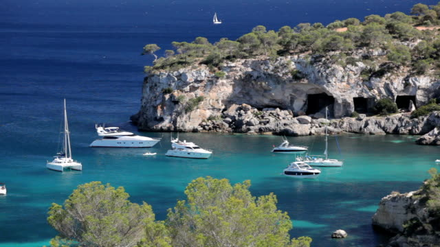 yachts in cala portals vells - segelsport stock-videos und b-roll-filmmaterial
