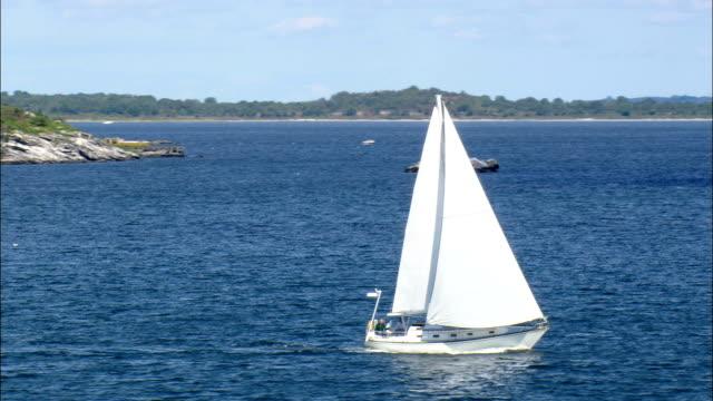 vidéos et rushes de yachts dans le port-vue aérienne, dans le rhode island, dans le comté de newport, états-unis - rhode island