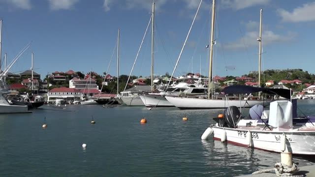 vídeos de stock, filmes e b-roll de ws yachts moored in st bart's french antilles - territórios ultramarinos franceses