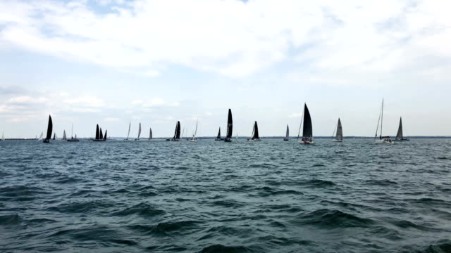 vidéos et rushes de yachts race past the isle of white during lendy cowes week regatta on august 7 2018 in cowes england the annual cowes week regatta has been held on... - cowes