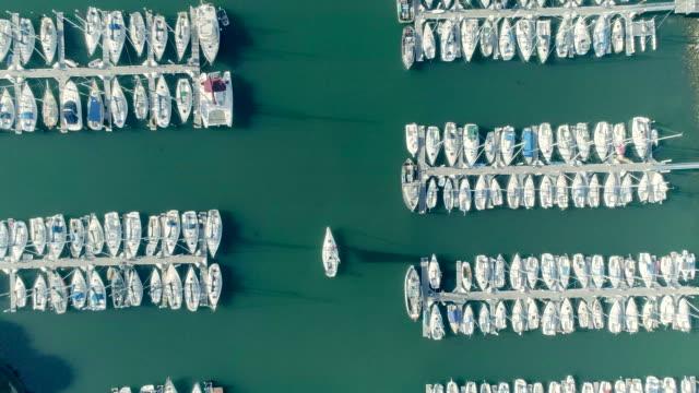 vídeos y material grabado en eventos de stock de yates - puerto deportivo puerto