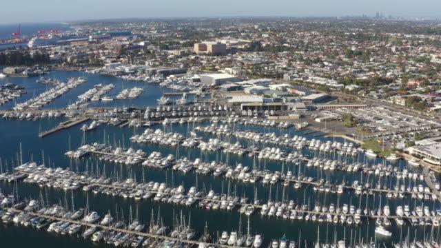 オーストラリア、西オーストラリア州パースのフリーマントル漁船港に停泊するヤクト。 - フリーマントル点の映像素材/bロール