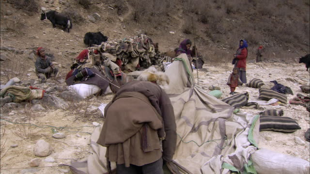 ws yak herder setting up camp / himalayas, upper dolpo, nepal    - nepal stock-videos und b-roll-filmmaterial