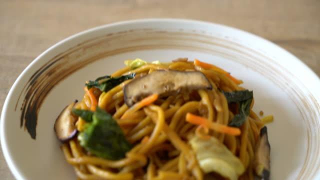 vídeos de stock e filmes b-roll de yakisoba noodles stir-fried with vegetable - macarrão alimento básico