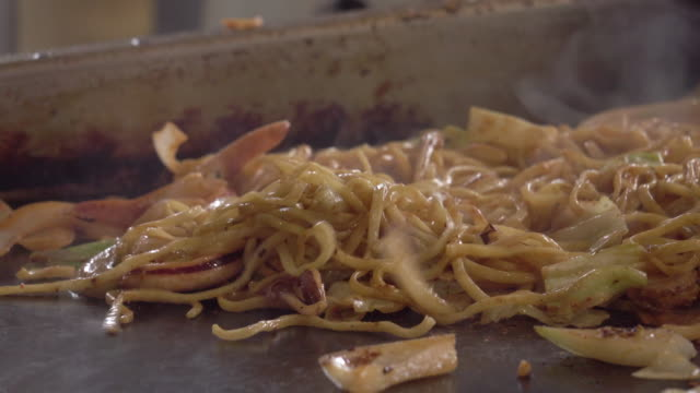 yakisoba - stir-fried noodle japanese style by male chief - take away food stock videos & royalty-free footage