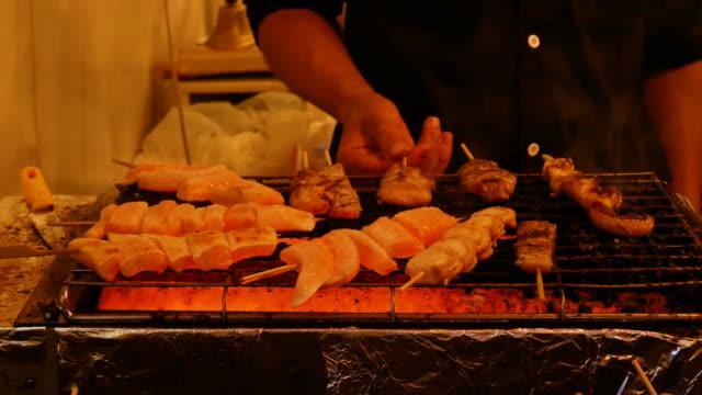 焼き鳥バーベキュー居酒屋は大阪日本で焼き、4k解像度。 - 居酒屋点の映像素材/bロール