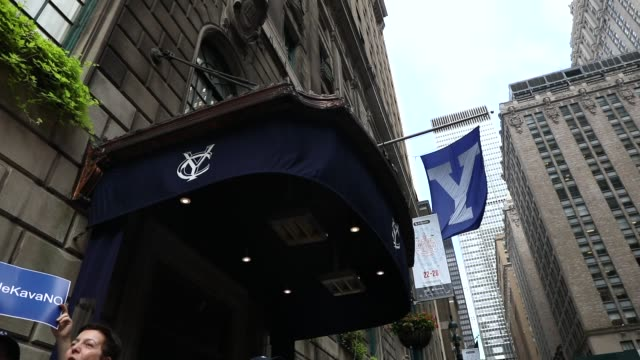 yale alumni gather in front of the yale club to voice their opposition to the confirmation of republican supreme court nominee judge brett kavanaugh,... - エール大学点の映像素材/bロール