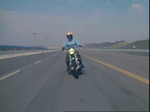vídeos de stock e filmes b-roll de yamaha motorcycles at oms - capacete moto