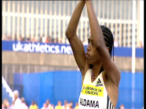 yamile aldama female triple jumper gets crowd to clap crystal palace grand prix 2003 london - lanci e salti femminile video stock e b–roll