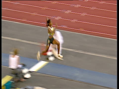 yamile aldama women's triple jump smashes elbow during landing 2003 international athletics grand prix crystal palace london - lanci e salti femminile video stock e b–roll