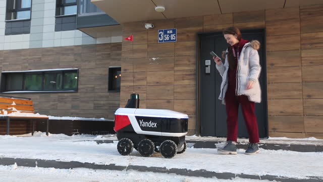 yandex.rover, autonomous delivery robot during test deliveries. yandex nv, russia's largest internet company, is rolling out a suitcase-sized robot... - paper bag stock videos & royalty-free footage