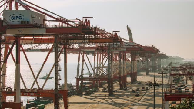 vídeos de stock e filmes b-roll de yangshan port of shanghai - navio